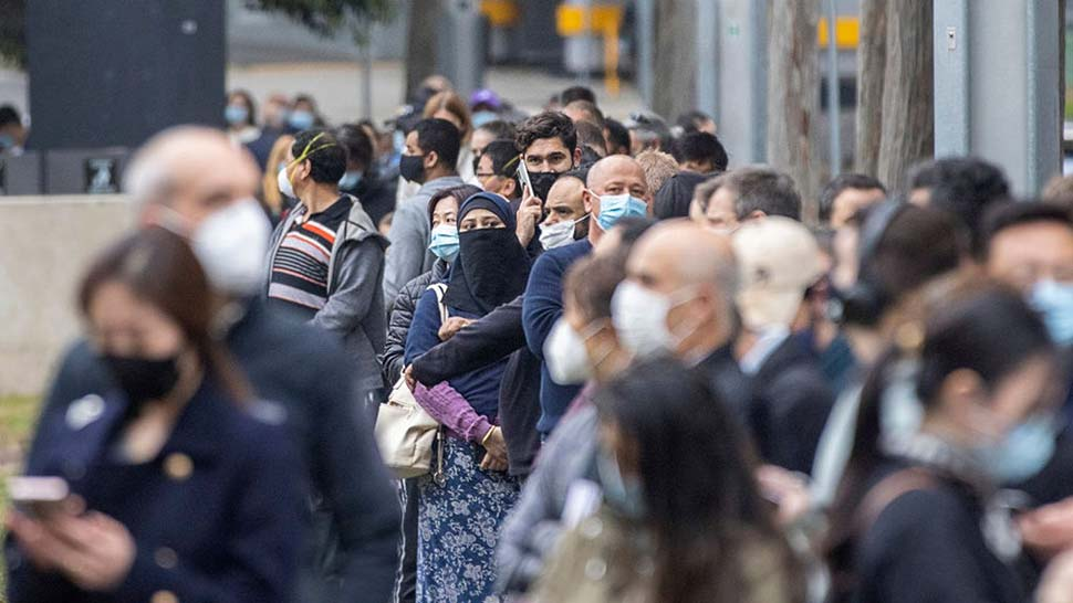 Hundreds line up to recieve a COVID-19 vaccination at the NSW Health Vaccinination Centre in Homebush. (Cole Bennetts)