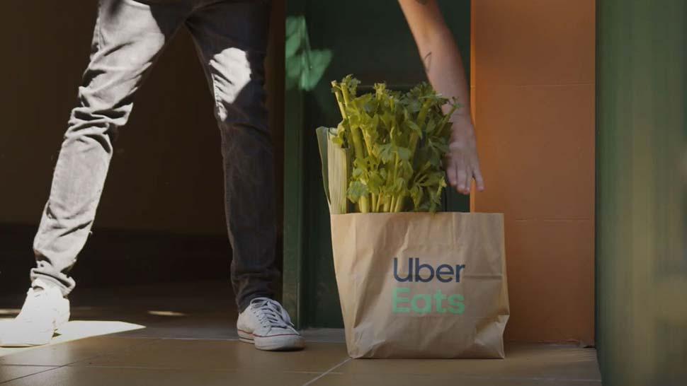 울월스(Woolworths)와 우버 이츠(Uber Eats), 시범 배달 서비스 시작 The order is packed at a Woolworths Metro store and then delivered by an Uber Eats driver or rider. (Supplied)