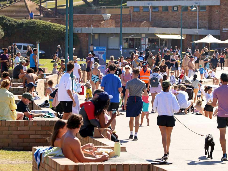 Warm weather brought crowds of people to Bronte Beach. Picture NCA NewsWire Nicholas Eagar